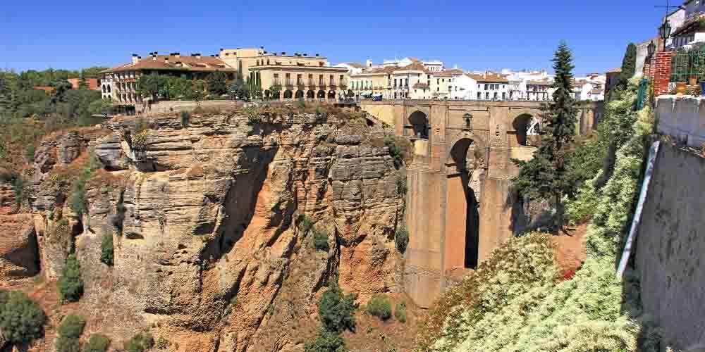 Cómo llegar a Ronda y ver el famoso puente de la imagen.