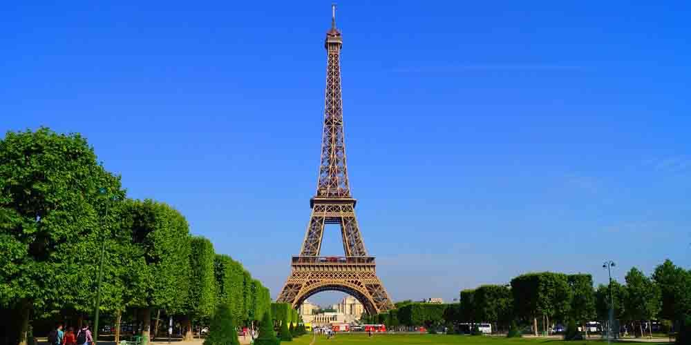 Cómo llegar a la Torre Eiffel desde una estación de metro de París.
