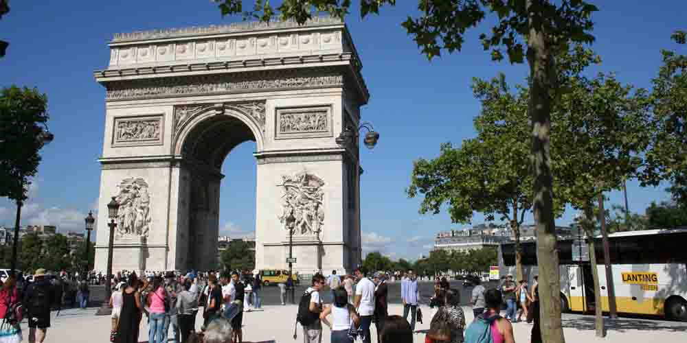 Autobús que sale desde el Arco del Triunfo de París.