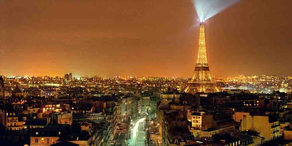 Imagen de la hora de encendido de luces de la Torre Eiffel.