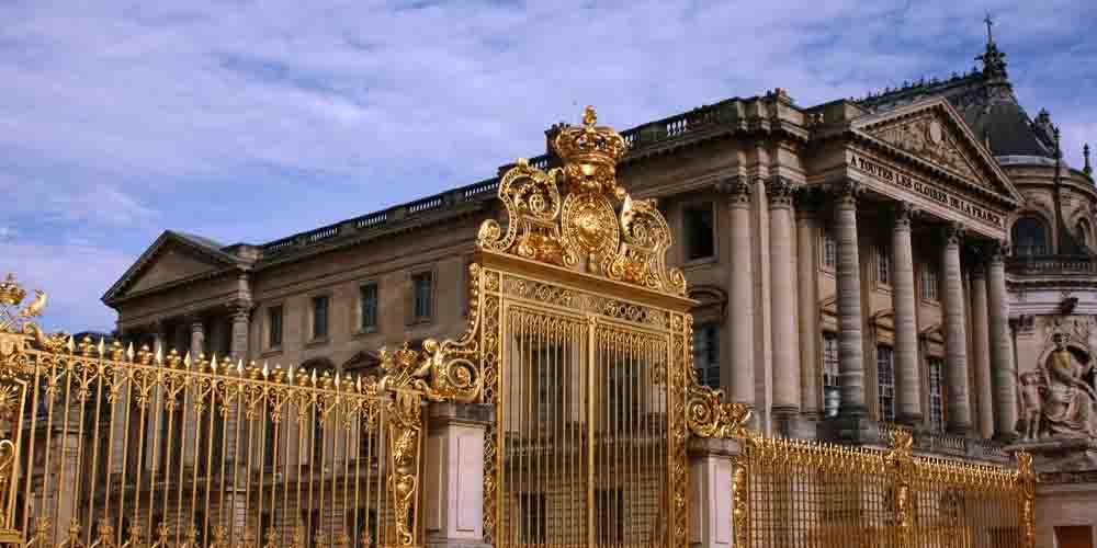 Información sobre la entrada al Palacio de Versalles que se ve en la imagen.