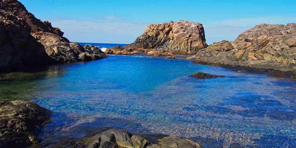 Cómo ir a Isla de Lobos en una excursión y navegar en las aguas cristalinas de la imagen.
