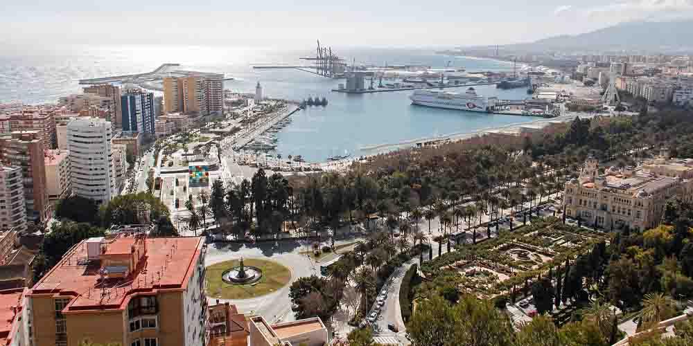 Málaga, uno de los destinos desde donde ir a Setenil de las Bodegas.