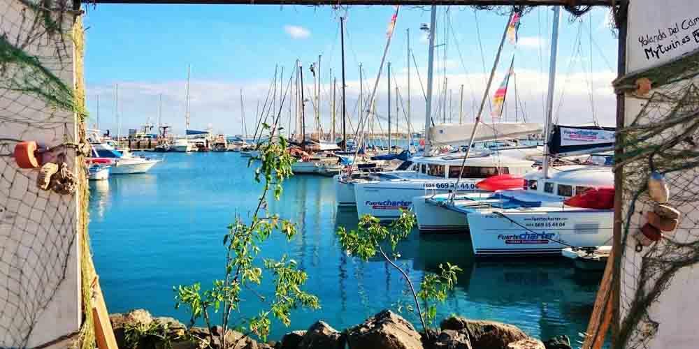 Barcos y water taxis en el Puerto de Corralejo.