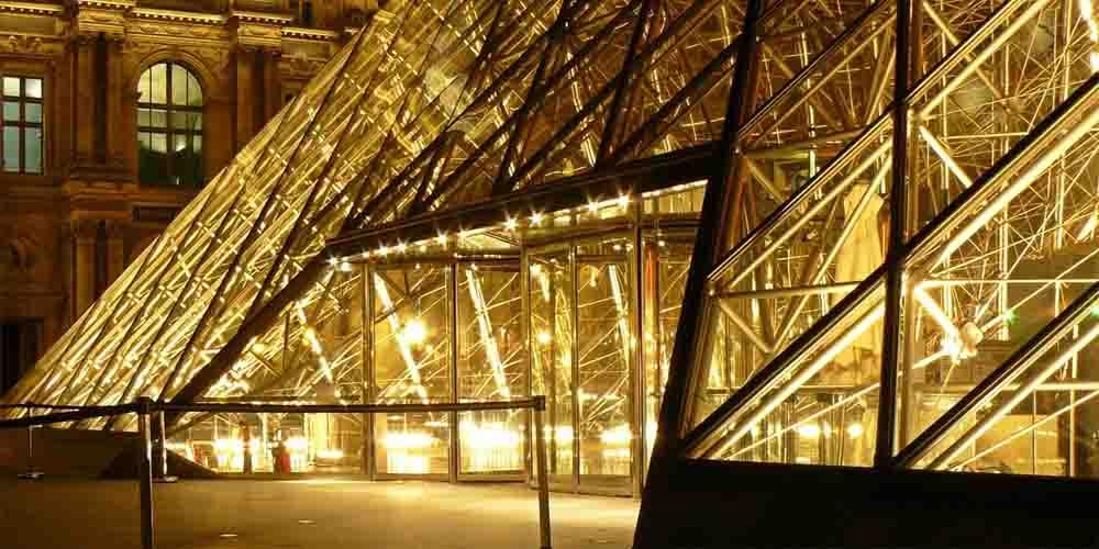 Puestas de acceso y venta de taquillas para visitar el Museo del Louvre.