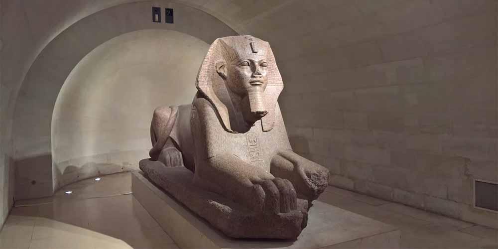 En una de las salas principales del Museo Louvre, la Colección Egipcia, se puede ver esta esfinge.