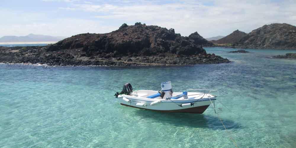 Barco con permiso para visitar la Isla de Lobos.