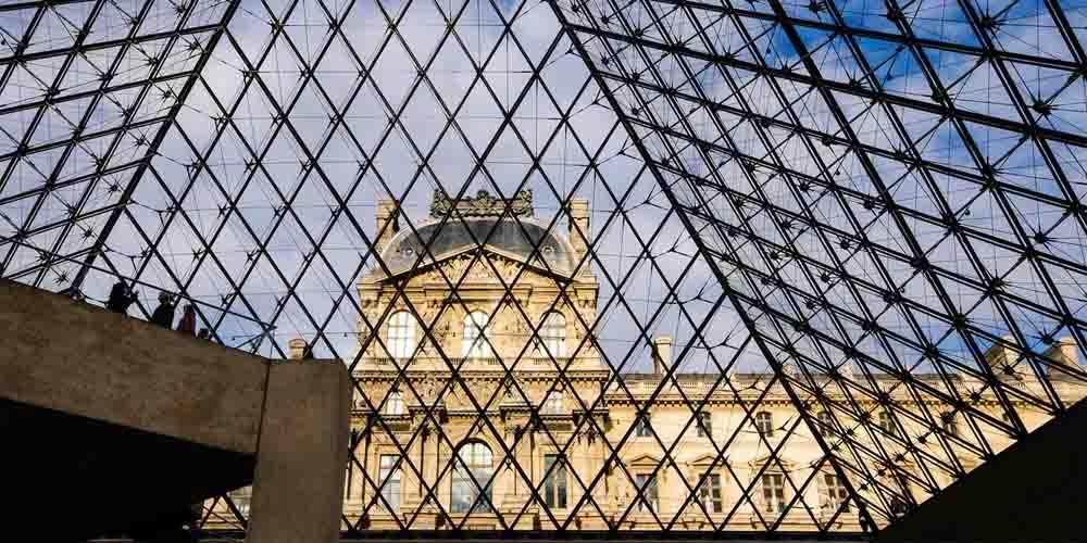 Cómo llegar a la Pirámide Invertida del Louvre.