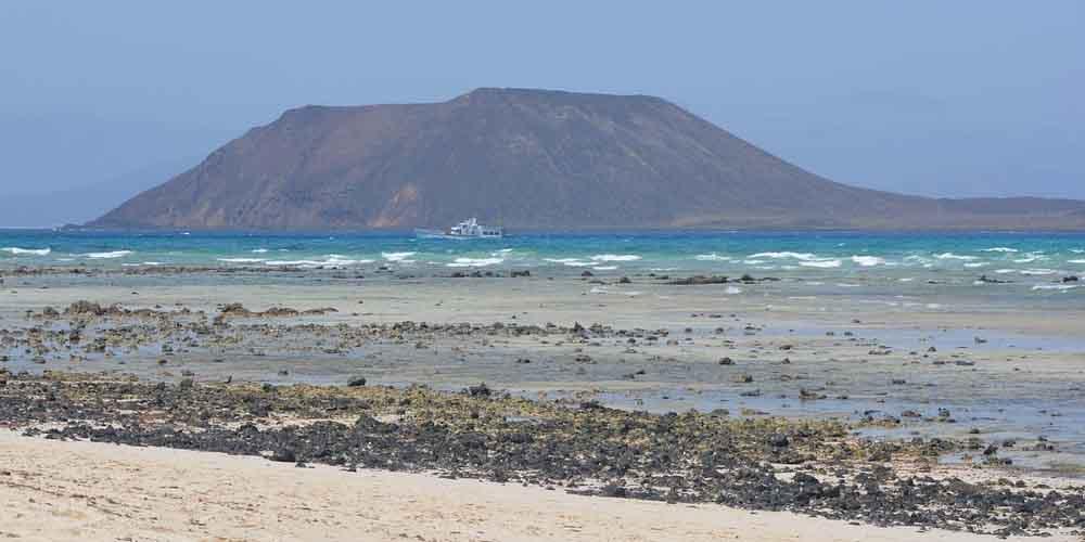Cólo llegar a la Isla de Lobos desde Fuerteventura con el ferry que se ve en la imagen.