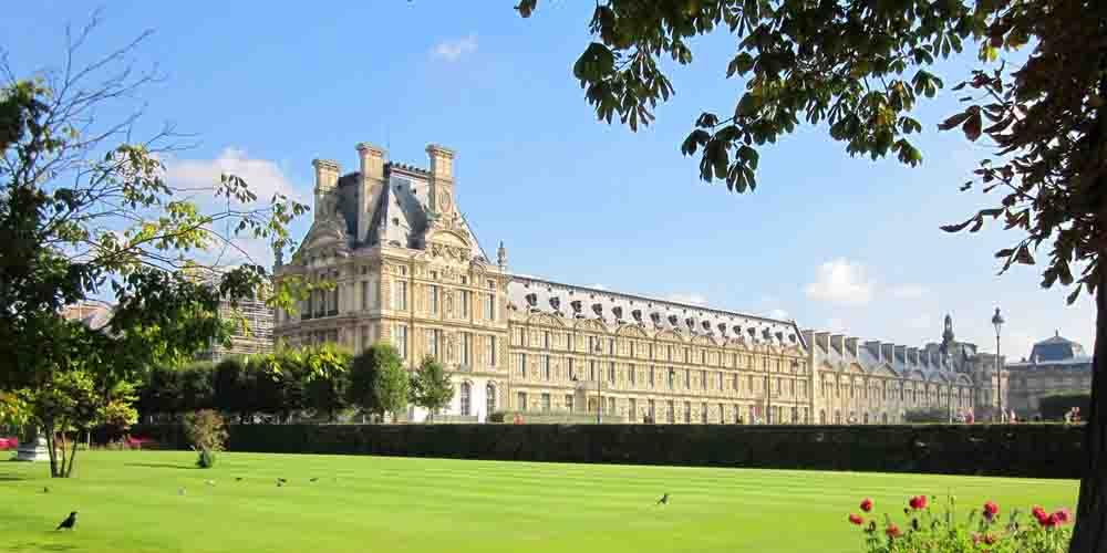 Precio de entrada para visitar el Museo del Louvre que se ve en la foto.