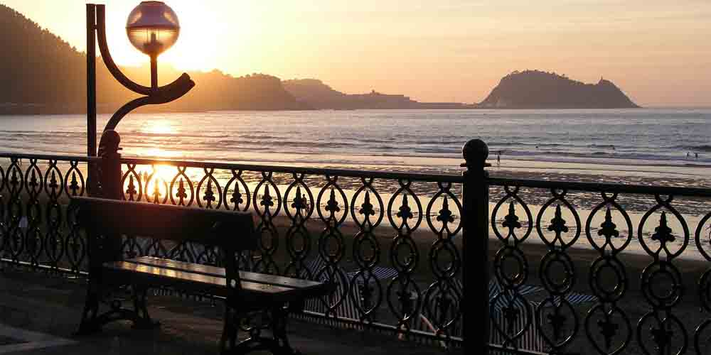 Imagen de la playa de Zarautz, uno de los pueblos más bonitos de la costa vasca.