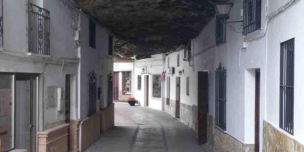 Recorrer la calle Cueva de la Sombra es una de las principales cosas que hacer en Setenil de las Bodegas.