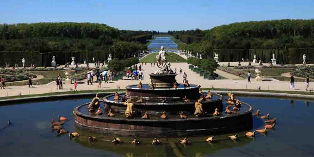 Una de las principales cosas que hacer en Versalles es visitar sus jardines y fuentes.
