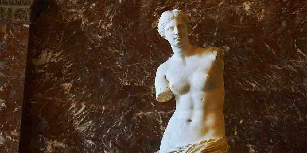 Una de las obras más importantes que ver en el Louvre es la Venus de Milo.