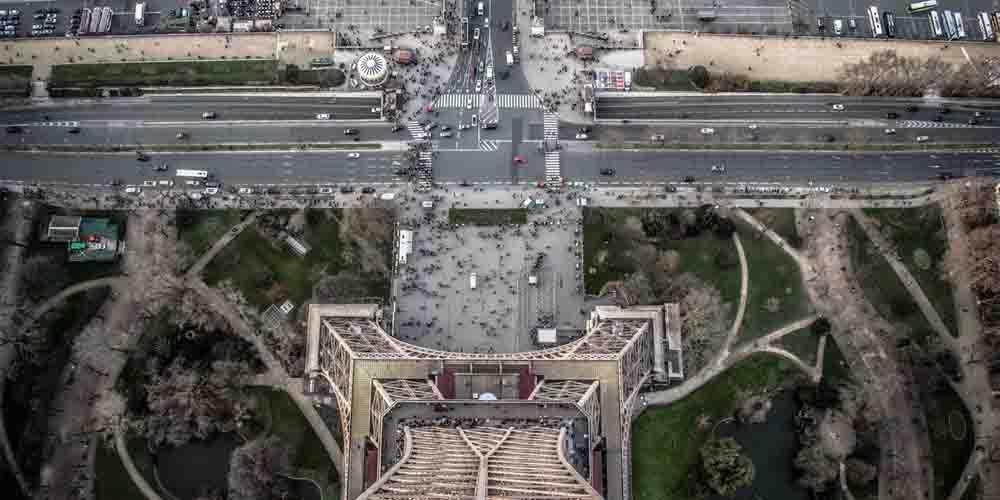 Vista del suelo desde la tercera planta o cima.