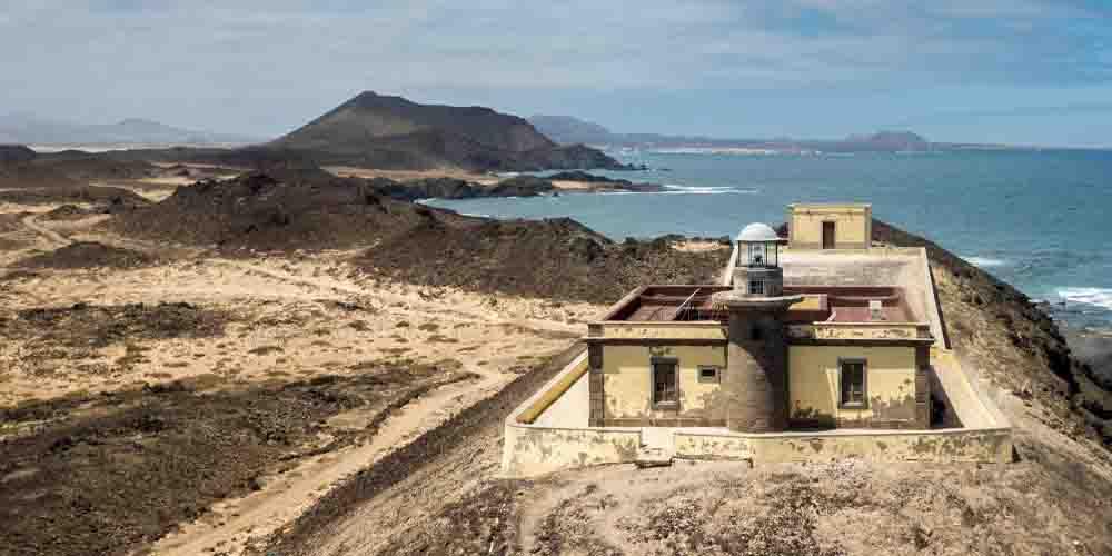 Imagen de una visita a la Isla de Lobos y a su faro.